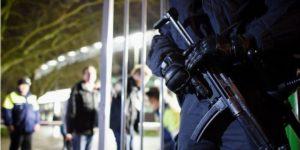 drei-polizisten-packen-aus